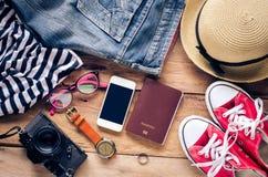 Accessoires et habillement pour le voyage sur un plancher en bois - style de vie Photos stock