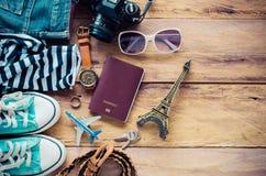 Accessoires et habillement pour le voyage sur un plancher en bois - style de vie Photographie stock libre de droits