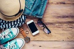 Accessoires et habillement pour le voyage sur un plancher en bois - style de vie Photos libres de droits