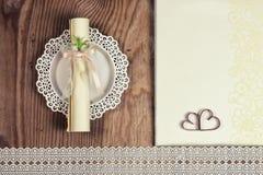 Accessoires et invitations de mariage d'encadrer la table en bois légère photos libres de droits