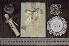 Accessoires et invitations de mariage d'encadrer la table en bois légère images stock