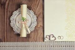 Accessoires et invitations de mariage d'encadrer la table en bois légère photo libre de droits