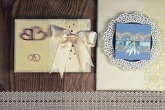 Accessoires et invitations de mariage d'encadrer la table en bois légère photographie stock