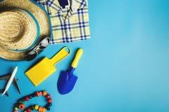Accessoires et jouets de voyage de garçon d'enfant sur le bleu Images stock