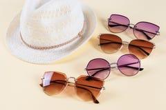 Accessoires et mode d'été, ensemble de lunettes de soleil et chapeaux de paille, type différent de comparaison de style Saison d' photo stock