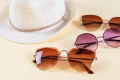 Accessoires et mode d'été, ensemble de lunettes de soleil et chapeaux de paille, type différent de comparaison de style photographie stock libre de droits