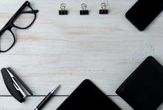 Accessoires et ordinateur portable masculins modernes sur le blanc Photo stock