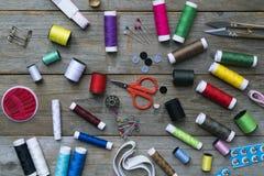 Accessoires et tissu de couture sur la table en bois Photos libres de droits