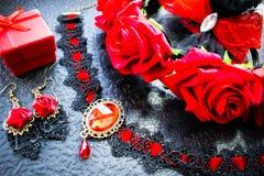 Accessoires femelles noirs et rouges dans un ensemble élégant de vintage image libre de droits