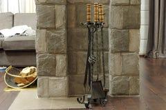 Accessoires forgés en métal pour une cheminée sur un support spécial Photos libres de droits