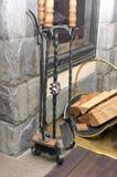 Accessoires forgés en métal pour une cheminée sur un support spécial Images stock