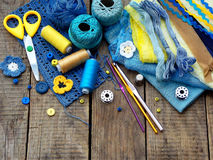Accessoires jaunes et bleus pour la couture sur le fond en bois Tricotage, broderie, cousant Petite entreprise Revenu de passe-te Photographie stock libre de droits