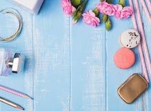 Accessoires mignons sur le fond bleu Photo stock