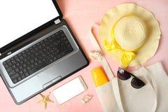 Accessoires, ordinateur portable et smartphone de plage photo libre de droits
