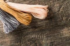 Accessoires pour des passe-temps : différentes couleurs de fil pour la broderie Photographie stock