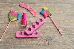 Accessoires pour faire des clous montrés avec les lucettes colorées Photographie stock libre de droits