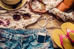 Accessoires pour l'adolescente sur ses vacances, chapeau, élégants pour les lunettes de soleil d'été, le sac en cuir, les chaussu Photographie stock
