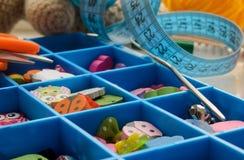 Accessoires pour la couture dans une boîte avec des cellules photographie stock libre de droits