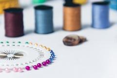 Accessoires pour la couture sur le fond blanc de tissu Photos libres de droits