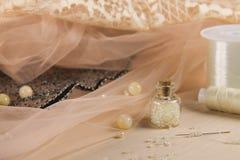 Accessoires pour la fabrication des robes douces Photos stock
