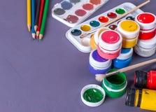 Accessoires pour la peinture Peintures, brosse et crayons colorés images stock