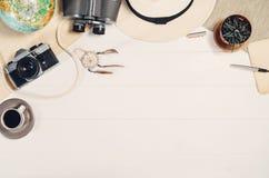 Accessoires pour la vue supérieure de voyage sur le cadre en bois blanc de fond Photographie stock