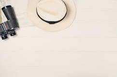 Accessoires pour la vue supérieure de voyage sur le cadre en bois blanc de fond Photo libre de droits