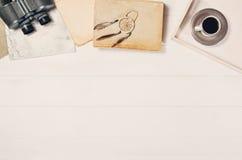 Accessoires pour la vue supérieure de voyage sur le cadre en bois blanc de fond Photos libres de droits