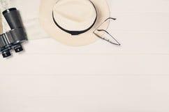Accessoires pour la vue supérieure de voyage sur le cadre en bois blanc de fond Image stock