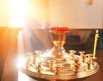 Accessoires pour le baptême des icônes d'enfants des bougies et de la police, l'église d'Ortodox Le sacrement des enfants Photo libre de droits