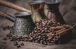 Accessoires pour le café dans un à l'ancienne Images libres de droits