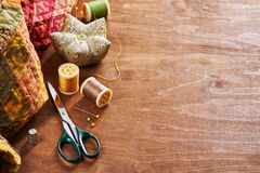 Accessoires pour le patchwork sur un édredon sur un fond en bois Photo libre de droits