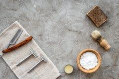 Accessoires pour le rasage Brosse de rasage, rasoir, mousse sur le copyspace en pierre gris de vue supérieure de fond de table images libres de droits