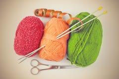 Accessoires pour le tricotage : écheveaux de fil, aiguilles de tricotage, Sc Photos stock
