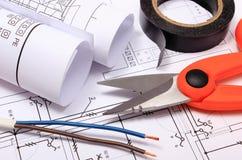 Accessoires pour les travaux d'ingénieur et rouleaux de diagrammes sur le dessin de construction Image stock