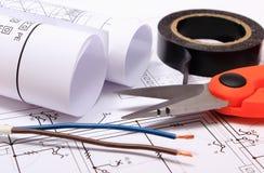 Accessoires pour les travaux d'ingénieur et rouleaux de diagrammes sur le dessin de construction Images stock
