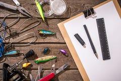 Accessoires pour pêcher sur le fond du bois Vue supérieure Photographie stock
