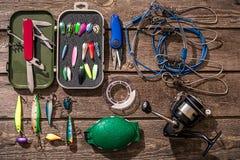 Accessoires pour pêcher sur le fond du bois Vue supérieure Image stock