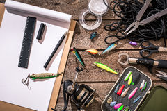 Accessoires pour pêcher sur le fond du bois Vue supérieure Photos stock