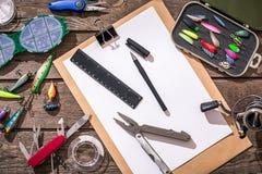 Accessoires pour pêcher sur le fond du bois Vue supérieure Photo libre de droits
