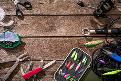 Accessoires pour pêcher sur le fond du bois Vue supérieure Images stock