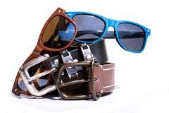 Accessoires quotidiens d'équipement d'été Lunettes avec une ceinture en cuir Image stock