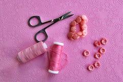 Accessoires roses sur le tissu Photo libre de droits