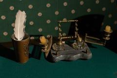 Accessoires russes de vintage pour l'inscription Vieux chandelier sur une table avec le tissu vert Photos stock