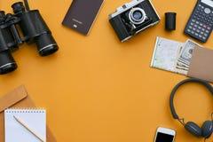 Accessoires sur le fond orange de bureau du photographe Photographie stock