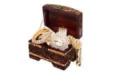Accessoires traditionnels thaïlandais dans l'isolat de boîte en bois Image stock