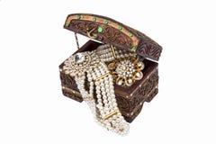 Accessoires traditionnels thaïlandais dans l'isolat de boîte en bois Photographie stock libre de droits
