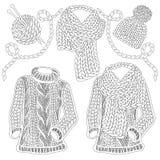 Accessoires tricotés par hiver et usage - chandail de laine de col roulé, chapeau de câble et écharpe volumineuse Images stock