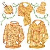 Accessoires tricotés par hiver et usage - chandail de laine de col roulé, chapeau de câble et écharpe volumineuse Images libres de droits