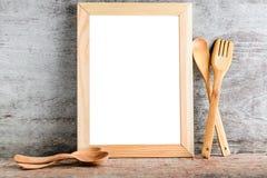 Accessoires vides de cadre en bois et de cuisine Photo stock